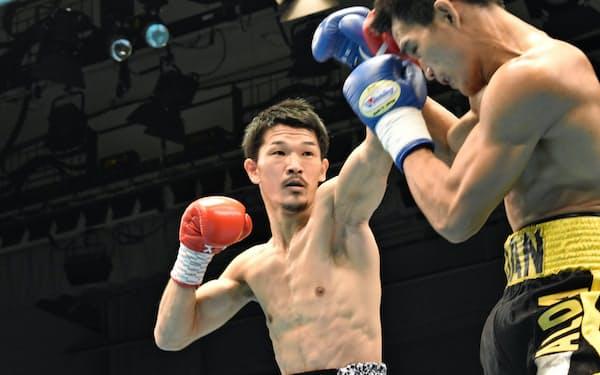 2日、東京・後楽園ホールでの復帰戦で判定勝ちした尾川(左)