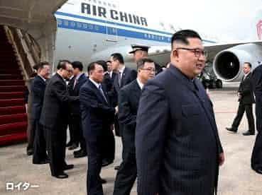 米朝首脳会談のため中国に借りた中国国際航空機でシンガポールに降り立った金正恩氏(2018年6月)=ロイター/シンガポール情報通信省