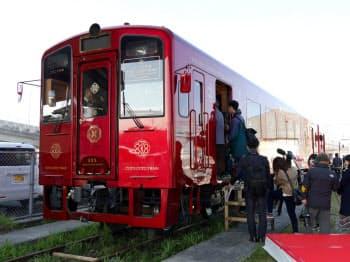 「ことこと列車」はJR九州の豪華寝台列車「ななつ星in九州」も手掛けた水戸岡鋭治氏がデザインし、赤い外装が特徴