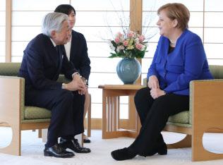 ドイツのメルケル首相と面会する天皇陛下(5日、皇居・御所の小広間)=代表撮影