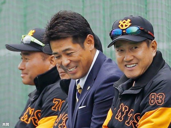 視察に訪れた日本代表の稲葉監督(中央)と談笑する巨人の原監督=右(5日、宮崎)=共同