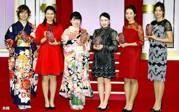 日本女子プロゴルフ協会で2018年シーズンの敢闘賞に選ばれた(左から)大里、新垣、勝、小祝、松田鈴英、原=共同