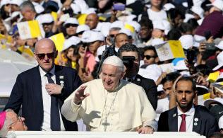アブダビの野外ミサ会場で参加者に手を振るローマ法王フランシスコ(5日、アラブ首長国連邦)=ロイター