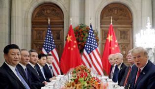 2018年12月1日、ブエノスアイレスでの首脳会談で対峙したトランプ米大統領(右端)と習近平・中国国家主席(左端)=ロイター