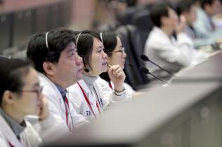 月の裏側への探査機着陸成功に北京の宇宙管制センターは沸いた=新華社AP