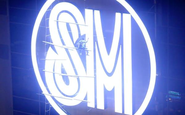 フィリピン最大財閥SMインベストメンツは創業者から娘と息子の世代に引き継がれた(傘下のショッピングモールに掲示されたロゴ)