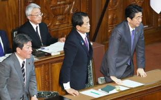 衆院本会議で18年度第2次補正予算案が可決し、一礼する安倍首相ら(5日)