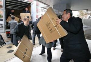 家宅捜索のため、ケフィア事業振興会の本社に段ボールを運び入れる警視庁の捜査員ら(6日午前、東京都千代田区)