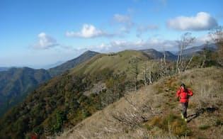 四国の徳島、高知両県にまたがる三嶺を走る