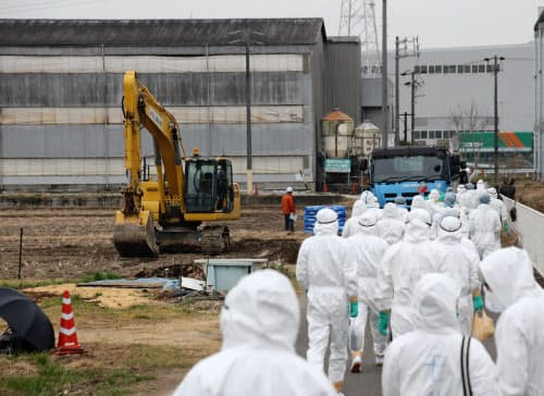 豚コレラが発生した養豚場に向かう作業員(6日午前、愛知県豊田市)