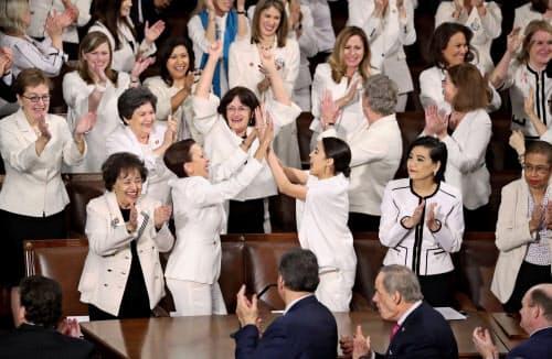 女性下院議員たちは女性参政権運動を象徴する白い服を着て出席した(5日、ワシントン)=ロイター