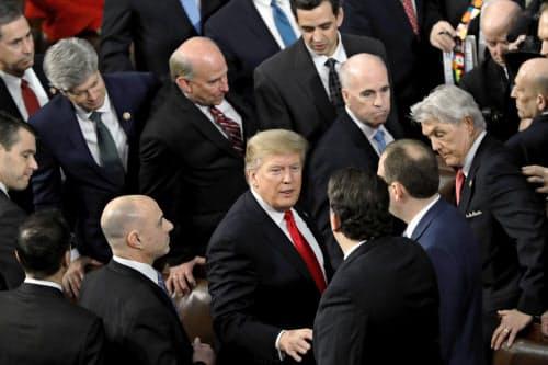 一般教書演説を終え、議員らと握手するトランプ米大統領(5日、ワシントン)=AP