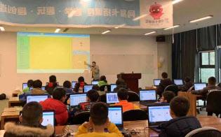 ネットイースが開いたAI合宿では、子供たちが真剣に授業に耳を傾けていた