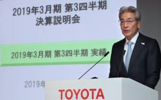 決算発表するトヨタ自動車の白柳正義専務役員(6日午後、東京都文京区)
