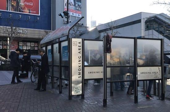 住民の反発もあり、公衆喫煙所の整備は難しい(東京都新宿区の高田馬場駅前)