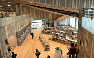 木をふんだんに使用した守山市立図書館。デートスポットとしても注目される(滋賀県守山市)