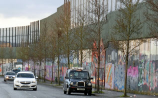 町には今でもプロテスタントとカトリックの居住区を分ける高い壁が立つ(ベルファストで)