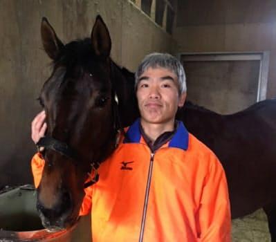 渡辺さんと担当馬のウォーターパルフェ。「とにかく無事に走って戻ってきてくれること」を願ってやまない