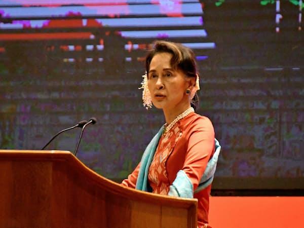 ミャンマーの与党、国民民主連盟は憲法改正への動きを強める(1月、首都ネピドーで講演するアウン・サン・スー・チー国家顧問)