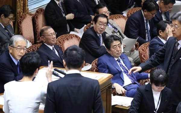 6日の参院予算委で委員長席に詰め寄る野党理事ら(手前左)
