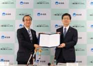 包括提携協定を締結した新潟県の花角英世知事(左)と東北電力の原田宏哉社長(6日、新潟市)