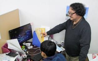 まちけんでプロデューサーを務める井上教授(右)(岡山県高梁市のスタジオ)