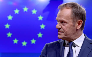 記者会見するEUのトゥスク大統領(6日、ブリュッセル)=ロイター