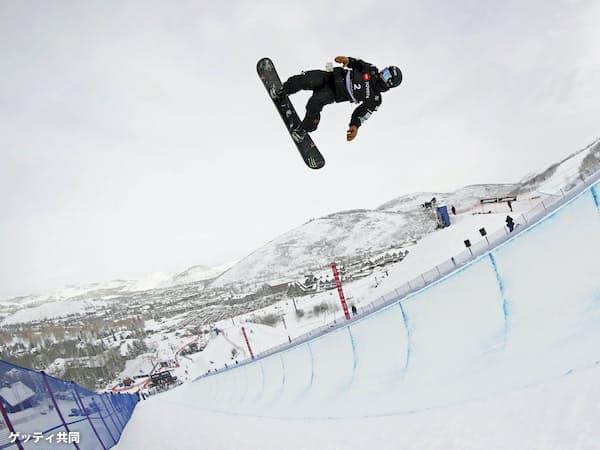スノーボードの世界選手権ハーフパイプ男子で予選を1位通過した戸塚優斗(6日、パークシティー)=ゲッティ共同