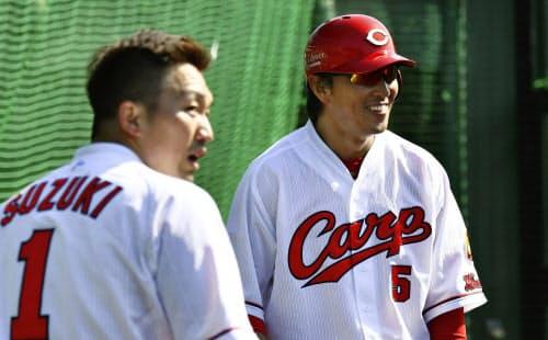 広島に移籍した長野(右)は懸命にチームに溶け込もうとしている=共同