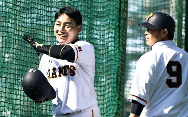 巨人にFA移籍した丸(左)が古巣の広島戦で打ちまくったときのファンの反応は…=共同