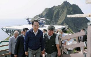 韓国の大統領として初めて竹島に上陸した李明博氏(中央)=聯合・共同