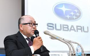 決算発表するSUBARUの岡田稔明専務執行役員(7日午後、東京都港区)