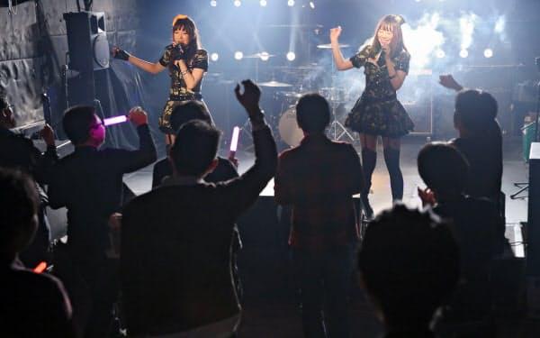 アイドルユニット「ラパンエール」の2人(東京都新宿区)
