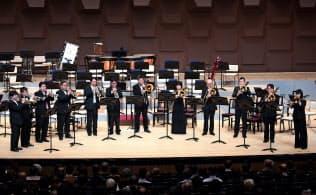 「大阪4大オーケストラの響演」でファンファーレを奏でる各楽団の奏者(2018年4月、大阪市北区)=朝日新聞文化財団提供