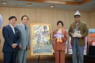上田清司知事(左から2人目)は「埼玉県の皆さんはおおらかでやさしい」と話し、映画を公認した(7日、埼玉県庁)