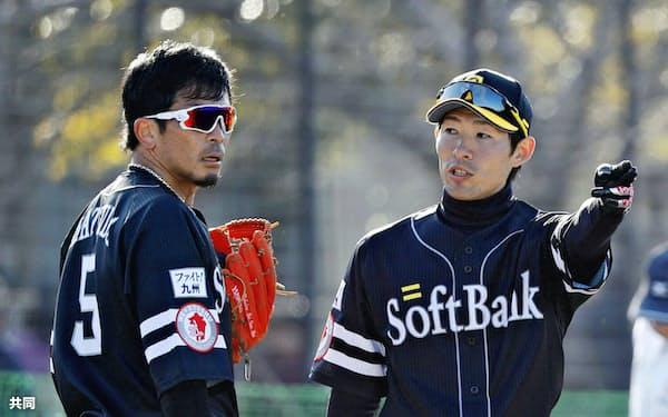 本多コーチ(右)から指導を受ける松田宣。背番号を5に戻し、巻き返しを期す=共同