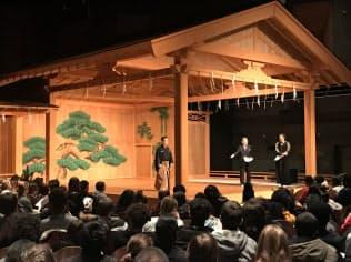 能舞台を使い、中高生を対象に能の特徴を紹介した(7日、パリ)
