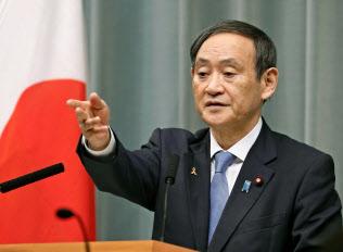 記者会見する菅官房長官(8日午前、首相官邸)=共同