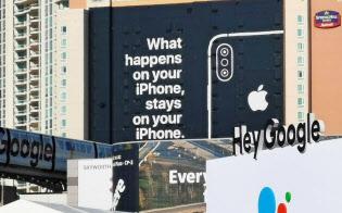 アップルはCES会場近くのホテルに巨大な広告を掲出した。近くにはグーグルの展示スペースもあった