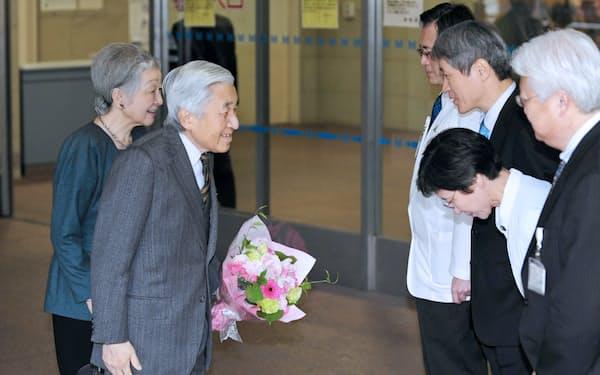 医師らの見送りを受け東大病院を退院する天皇陛下と皇后さま(2012年3月4日、東京都文京区)