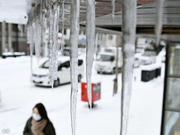 厳しく冷え込んだ札幌市で、軒下に垂れ下がるつらら=8日午前、共同