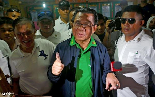 投票するモロ・イスラム解放戦線(MILF)のムラド・エブラヒム議長(1月21日、比マギンダナオ州)=ロイター