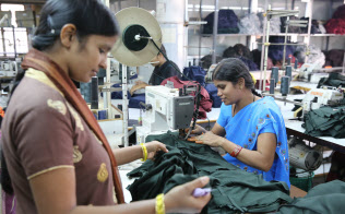 インドの縫製工場で働く女性たち(南部アンドラ・プラデシュ州)=三村幸作撮影