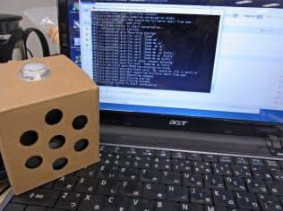 AIYボイスキットでデモプログラムを実行した。上にあるボタンを押すと音声を認識し、グーグルアシスタントと同じような応答をする