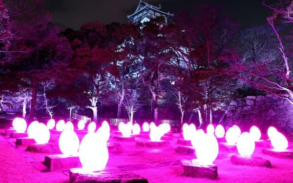 光るアートで彩られた広島城(広島市)