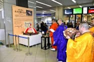 京都・醍醐寺の「餅上げ力奉納」をPRするため展示された特大鏡餅(8日午後、大阪市の京阪電鉄京橋駅)=共同