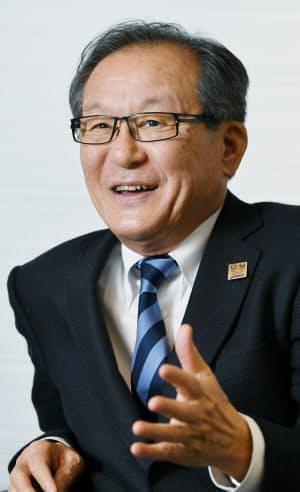 おやま・もとい 1951年石川県生まれ。74年大阪市大商卒、日商岩井(現双日)入社。アシックス創業者の鬼塚喜八郎氏の娘と結婚した縁で、82年同社へ。2008年に社長、18年3月から社長職を離れて会長CEOに。神戸商工会議所の副会頭も務める。