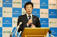 2019年度予算案を発表する神戸市の久元市長(8日、神戸市)