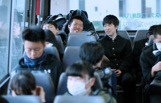 バスで高校に通う大須賀遼さん(奥右)と箱石友貴さん(奥左)=1月31日、岩手県山田町