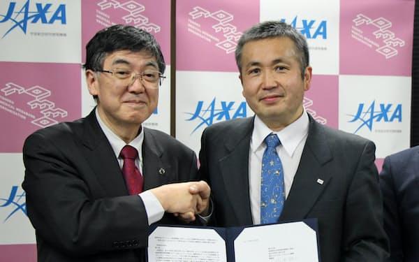 連携協定を結んだJAXAの若田光一理事(右)と東北メディカル・メガバンク機構の山本雅之機構長(8日、東北大学)